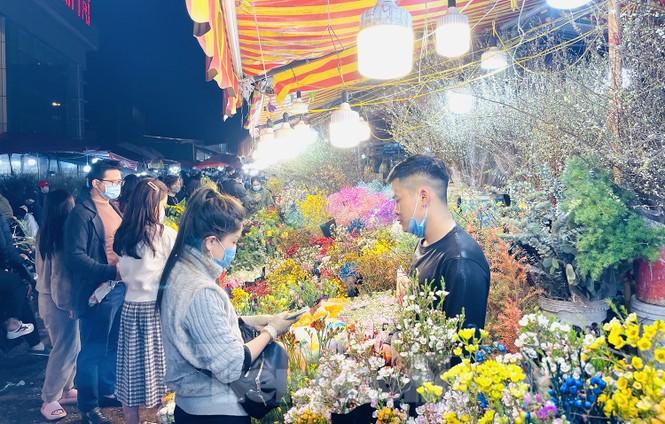 Nhộn nhịp chợ hoa đêm Quảng Bá ngày 30 Tết - ảnh 6