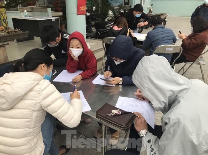 Cận cảnh lấy mẫu xét nghiệm những người về từ tỉnh Hải Dương - ảnh 4
