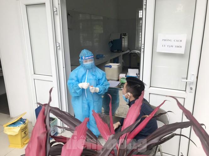Cận cảnh lấy mẫu xét nghiệm những người về từ tỉnh Hải Dương - ảnh 6