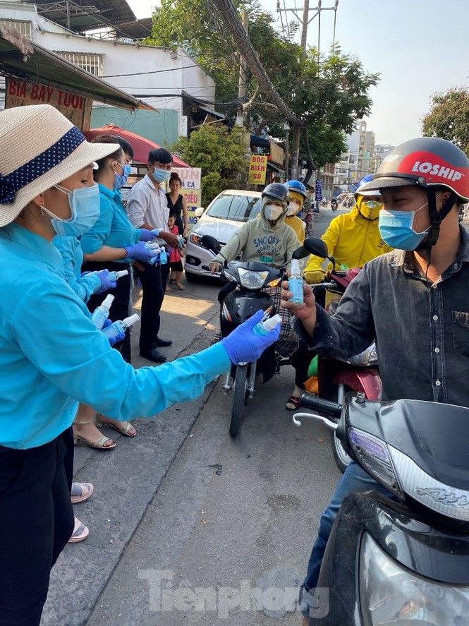 TiTiOne tặng hàng ngàn chai nước rửa tay miễn phí đến người dân - ảnh 1