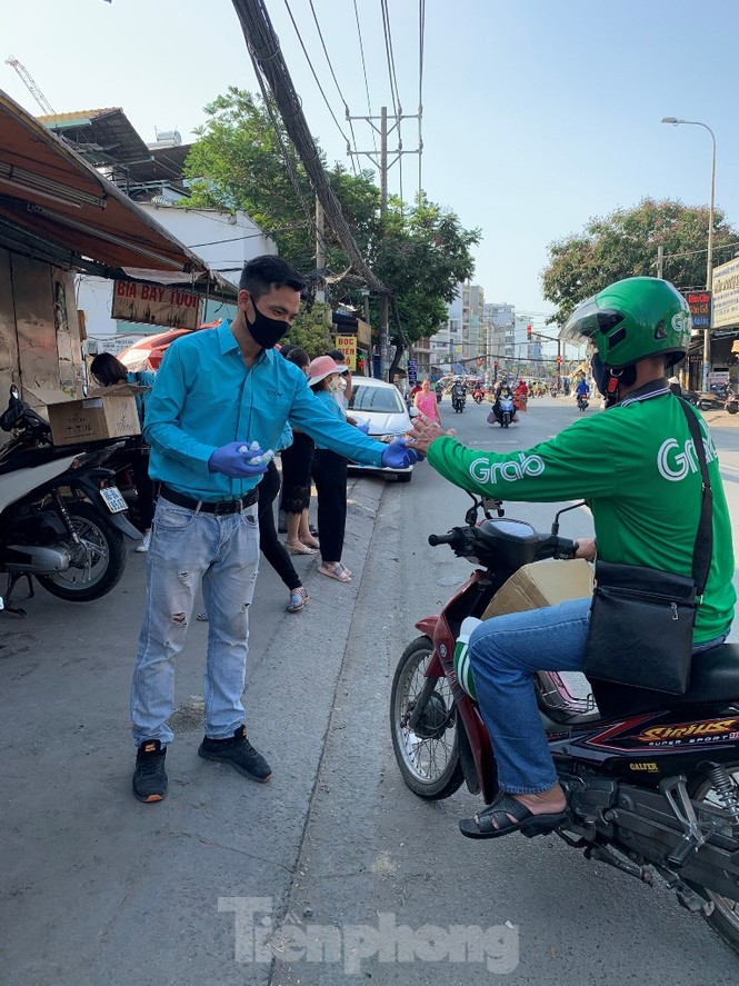 TiTiOne tặng hàng ngàn chai nước rửa tay miễn phí đến người dân - ảnh 2