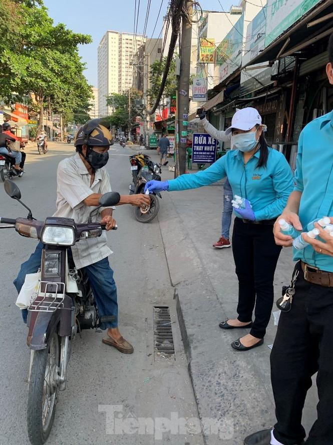 TiTiOne tặng hàng ngàn chai nước rửa tay miễn phí đến người dân - ảnh 3