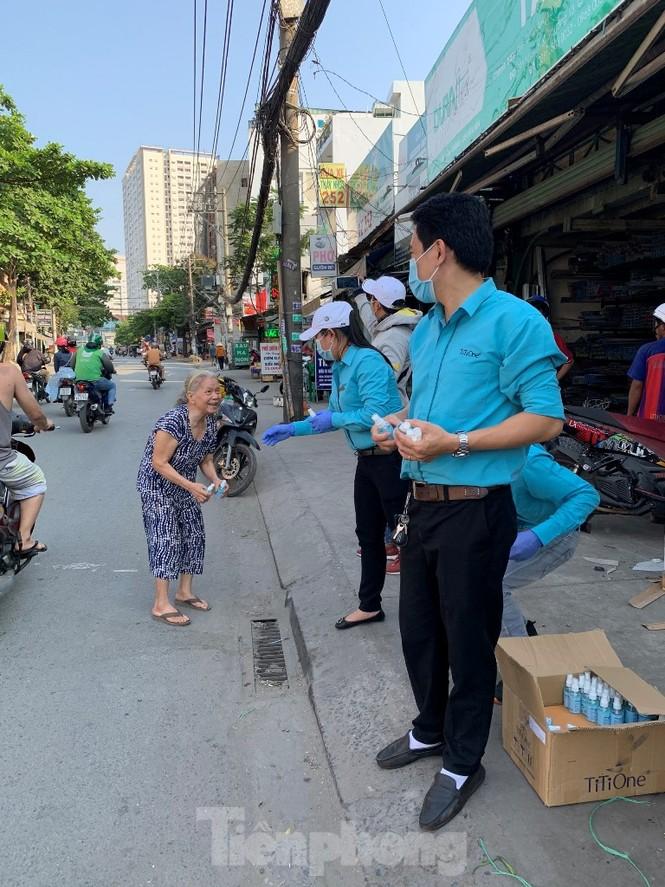 TiTiOne tặng hàng ngàn chai nước rửa tay miễn phí đến người dân - ảnh 6