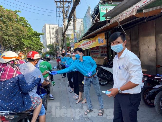 TiTiOne tặng hàng ngàn chai nước rửa tay miễn phí đến người dân - ảnh 9