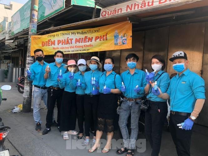 TiTiOne tặng hàng ngàn chai nước rửa tay miễn phí đến người dân - ảnh 4