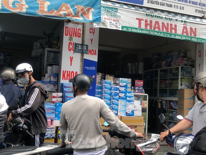 Sợ COVID-19 quay lại, người dân TP HCM đổ xô mua khẩu trang - ảnh 8