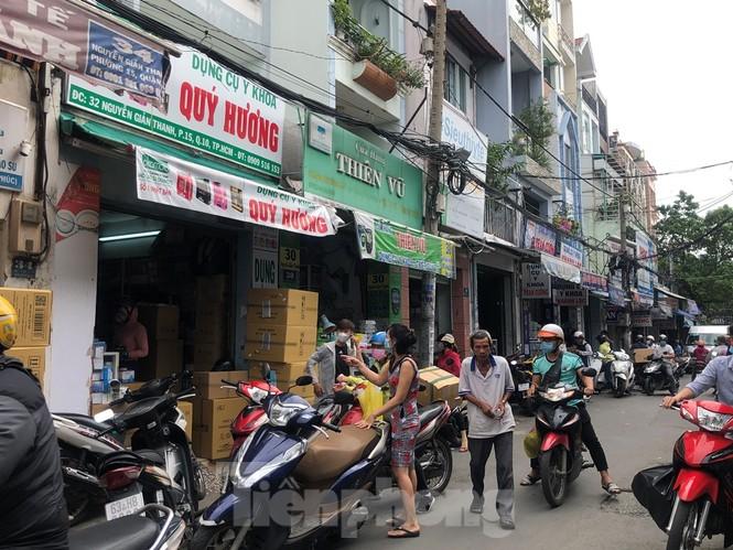 Sợ COVID-19 quay lại, người dân TP HCM đổ xô mua khẩu trang - ảnh 6