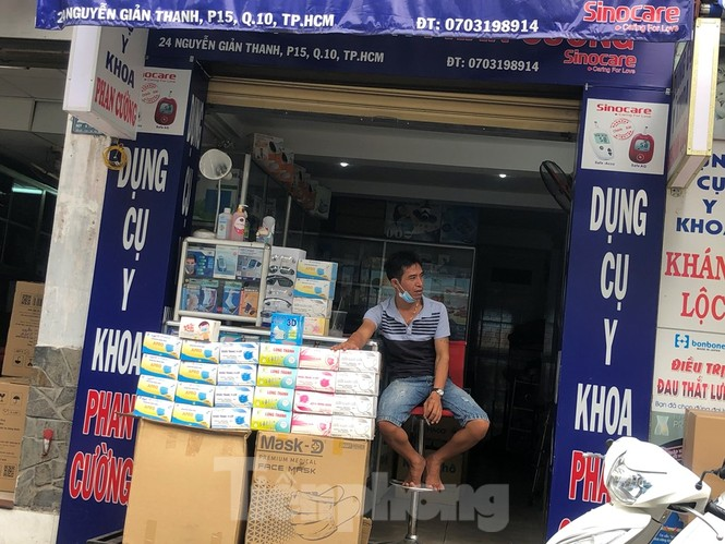 Sợ COVID-19 quay lại, người dân TP HCM đổ xô mua khẩu trang - ảnh 12