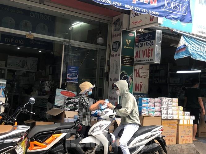 Sợ COVID-19 quay lại, người dân TP HCM đổ xô mua khẩu trang - ảnh 7