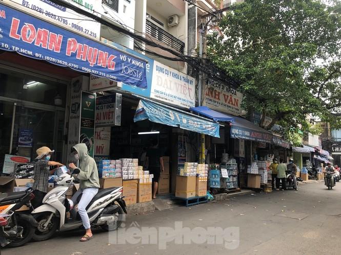 Sợ COVID-19 quay lại, người dân TP HCM đổ xô mua khẩu trang - ảnh 14