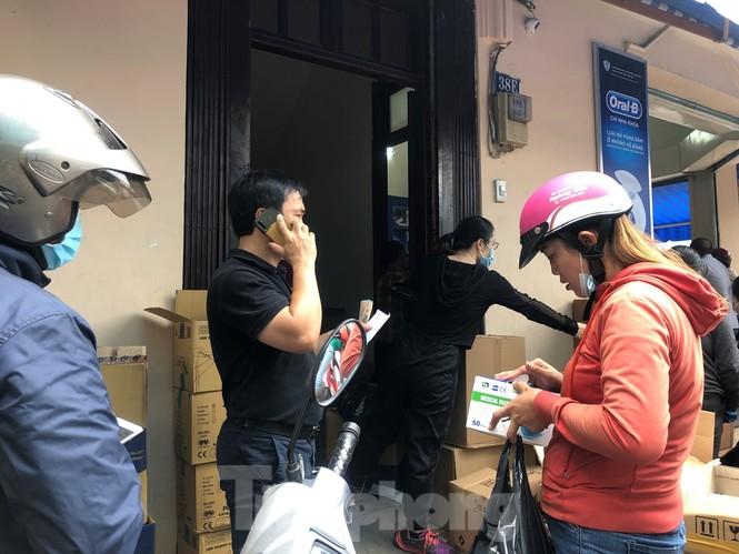 Sợ COVID-19 quay lại, người dân TP HCM đổ xô mua khẩu trang - ảnh 1