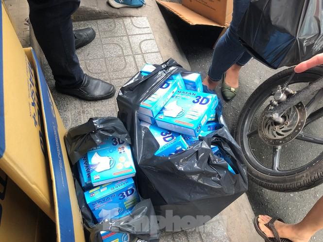 Sợ COVID-19 quay lại, người dân TP HCM đổ xô mua khẩu trang - ảnh 2