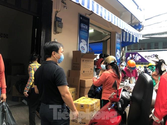 Sợ COVID-19 quay lại, người dân TP HCM đổ xô mua khẩu trang - ảnh 4