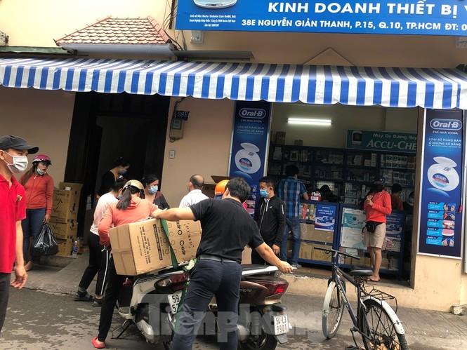 Sợ COVID-19 quay lại, người dân TP HCM đổ xô mua khẩu trang - ảnh 5