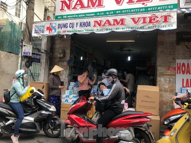 Sợ COVID-19 quay lại, người dân TP HCM đổ xô mua khẩu trang - ảnh 9