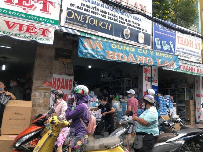 Sợ COVID-19 quay lại, người dân TP HCM đổ xô mua khẩu trang - ảnh 10
