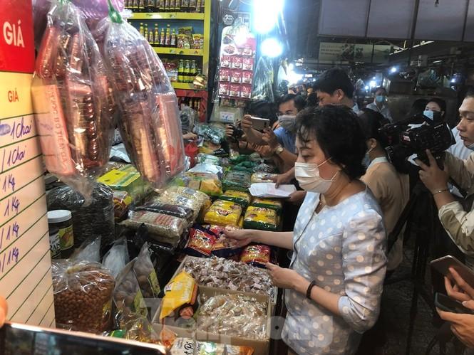 TPHCM: Ngành chức năng xét nghiệm tìm 'thực phẩm bẩn' tại chợ, siêu thị - ảnh 5
