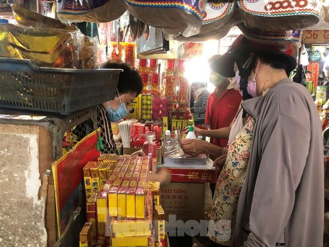 TPHCM: Tiểu thương 'ngóng' khách mua đồ cúng ông Công ông Táo - ảnh 24