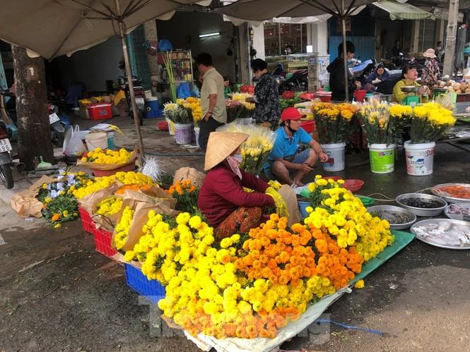 TPHCM: Tiểu thương 'ngóng' khách mua đồ cúng ông Công ông Táo - ảnh 16