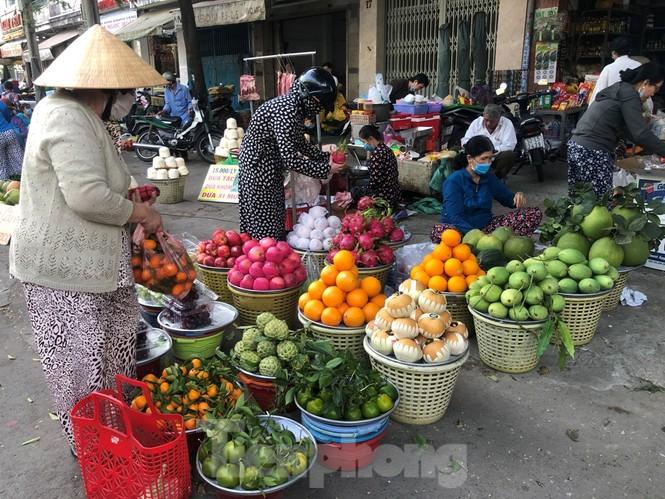 TPHCM: Tiểu thương 'ngóng' khách mua đồ cúng ông Công ông Táo - ảnh 2