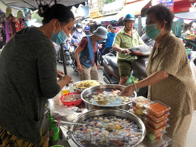 TPHCM: Tiểu thương 'ngóng' khách mua đồ cúng ông Công ông Táo - ảnh 3