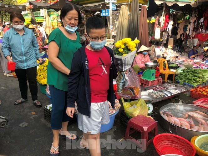 TPHCM: Tiểu thương 'ngóng' khách mua đồ cúng ông Công ông Táo - ảnh 4
