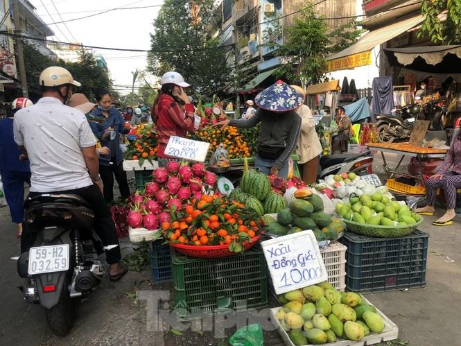 TPHCM: Tiểu thương 'ngóng' khách mua đồ cúng ông Công ông Táo - ảnh 6