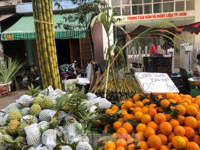 TPHCM: Tiểu thương 'ngóng' khách mua đồ cúng ông Công ông Táo - ảnh 20