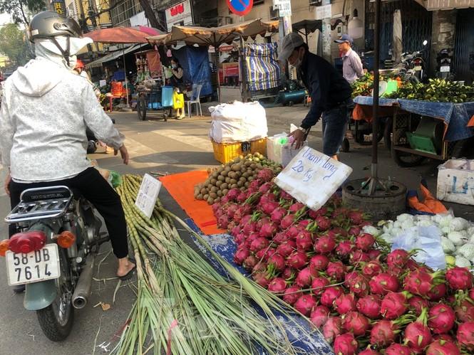 TPHCM: Tiểu thương 'ngóng' khách mua đồ cúng ông Công ông Táo - ảnh 19