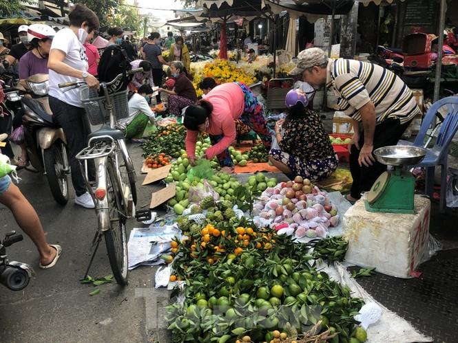TPHCM: Tiểu thương 'ngóng' khách mua đồ cúng ông Công ông Táo - ảnh 21