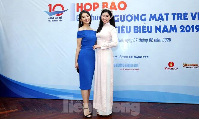 Người đẹp Lê Thanh Tú gợi cảm đầm xanh, Phạm Ngọc Linh duyên dáng áo dài - ảnh 1