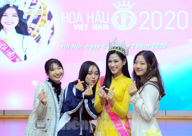 Hoa hậu Việt Nam Đỗ Thị Hà thi môn đầu tiên trong ngày trở lại trường - ảnh 1