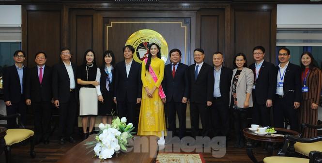 ĐH Kinh tế Quốc dân tự hào nữ sinh đầu tiên đăng quang Hoa hậu Việt Nam 2020 - ảnh 3
