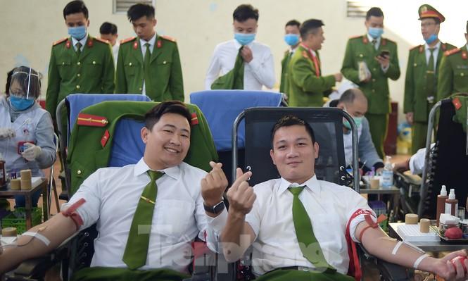'Bóng hồng' Học viện Cảnh sát Nhân dân sẻ chia giọt hồng lan tỏa Chủ nhật Đỏ - ảnh 13