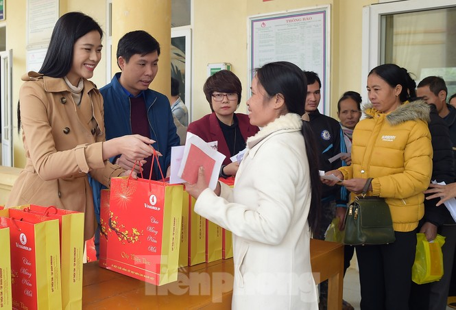 Hoa hậu Đỗ Thị Hà đồng hành mang Tết sớm đến các hộ khó khăn xứ Thanh - ảnh 3