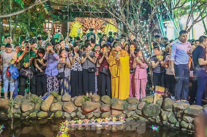 Người dân quây kín sân chùa Phúc Khánh, không còn tràn lòng đường  - ảnh 10