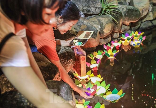 Người dân quây kín sân chùa Phúc Khánh, không còn tràn lòng đường  - ảnh 13