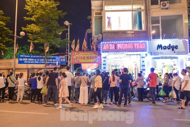 Người dân quây kín sân chùa Phúc Khánh, không còn tràn lòng đường  - ảnh 1