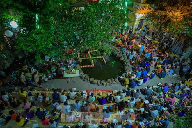 Người dân quây kín sân chùa Phúc Khánh, không còn tràn lòng đường  - ảnh 2