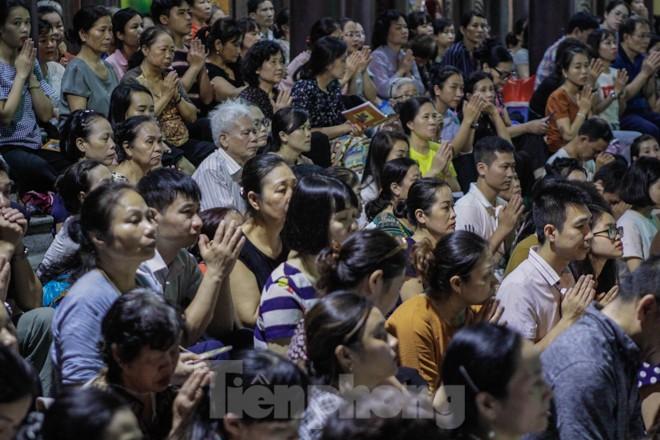 Người dân quây kín sân chùa Phúc Khánh, không còn tràn lòng đường  - ảnh 3