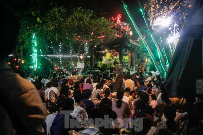 Người dân quây kín sân chùa Phúc Khánh, không còn tràn lòng đường  - ảnh 4