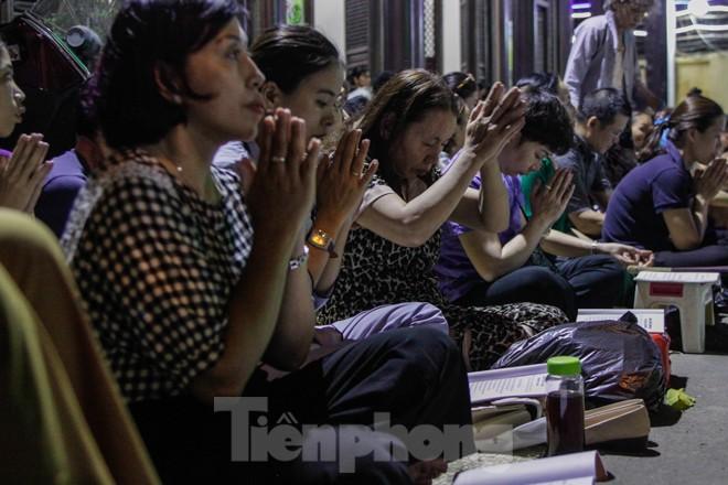 Người dân quây kín sân chùa Phúc Khánh, không còn tràn lòng đường  - ảnh 5