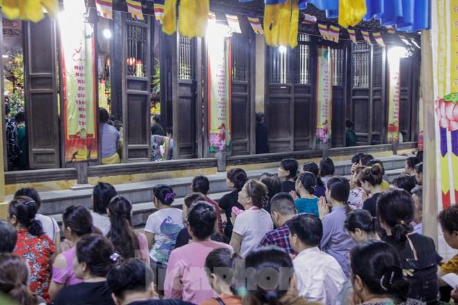 Người dân quây kín sân chùa Phúc Khánh, không còn tràn lòng đường  - ảnh 6