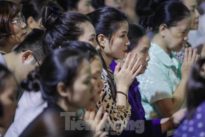 Người dân quây kín sân chùa Phúc Khánh, không còn tràn lòng đường  - ảnh 9