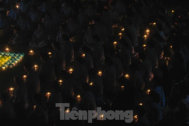 Hàng nghìn hoa đăng bằng thủy tinh được thắp trong mùa vu lan báo hiếu - ảnh 11