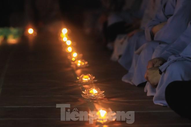 Hàng nghìn hoa đăng bằng thủy tinh được thắp trong mùa vu lan báo hiếu - ảnh 12