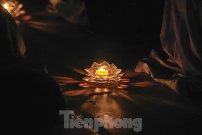 Hàng nghìn hoa đăng bằng thủy tinh được thắp trong mùa vu lan báo hiếu - ảnh 15