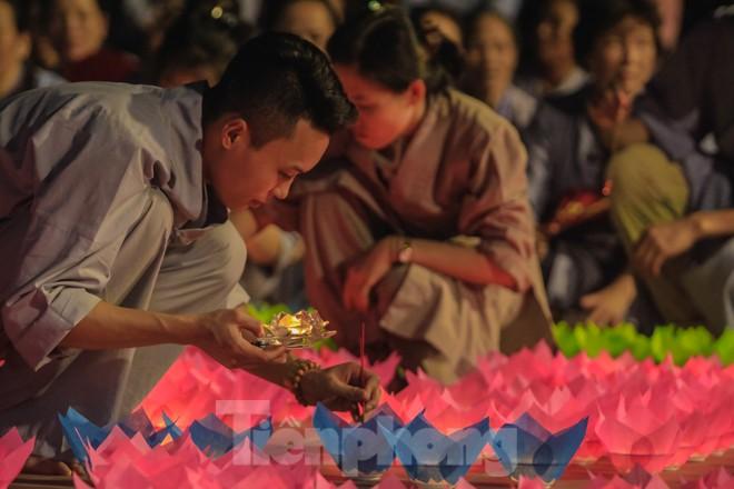 Hàng nghìn hoa đăng bằng thủy tinh được thắp trong mùa vu lan báo hiếu - ảnh 2