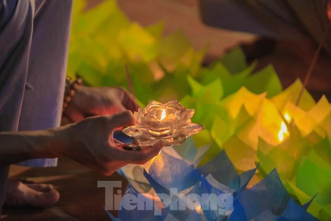 Hàng nghìn hoa đăng bằng thủy tinh được thắp trong mùa vu lan báo hiếu - ảnh 3