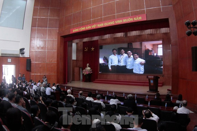 Không cầm được nước mắt xem phim về Thứ trưởng giáo dục Lê Hải An - ảnh 1